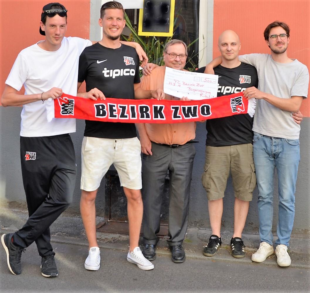 FC Bezirk Zwo feiert Saisonabschluss – Bürgervereinigung übergibt Spendenscheck ans Fußballteam