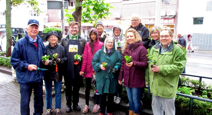 Bürger beflanzen Beete in Rodenkirchen