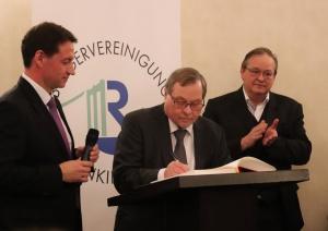 Dieter Maretzky trägt sich in das Buch des Bezirks Rodenkirchen ein mit Mike Homann und Wolfgang Behrendt