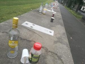 Müll nach Party am Rhein in Rodenkirchen